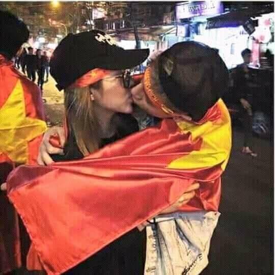 Phí Ngọc Hưng tiếp tục lộ ảnh hôn môi cô gái trước đó khiến nhiều khán giả cảm thấy mất lòng tin vào anh chàng.