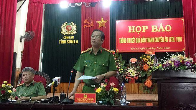 Đại tá Phùng Tiến Triển cho biết, người ngoài có thể vào bản Tà Dê, tuy nhiên vẫn nên cảnh giác. Ảnh: Nguyễn Hoàn