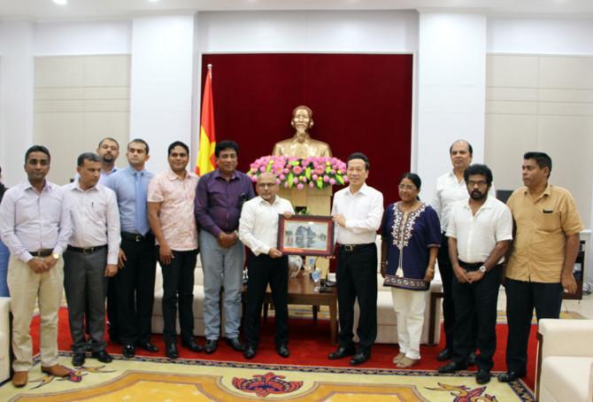 Lãnh đạo tỉnh Quảng Ninh tặng quà lưu niệm cho đoàn công tác Srilanka.