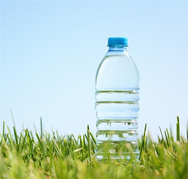 1 chai nước lọc ở Pháp: Ngay tại thủ đô Paris, bạn có thể mua được một chai nước lọc với số tiền 1 đô la, nhưng không phải trong quán cà phê mà trong cửa hàng tiện lợi.