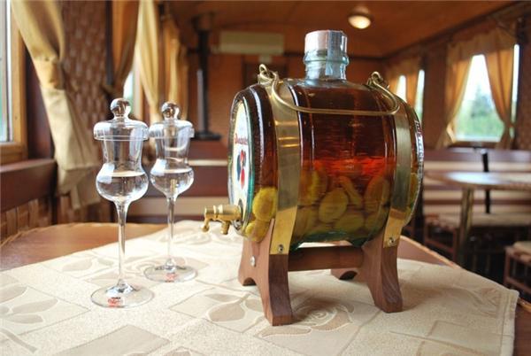 1 ly rượu trái cây ở Hungary: Đây là một loại rượu truyền thống của người Hungary, được chưng cất từ trái cây, có tên là pálinka. Và bạn có thể thưởng thức một ly pálinka tại các quán rượu ở Budapest với cái giá rất rẻ.