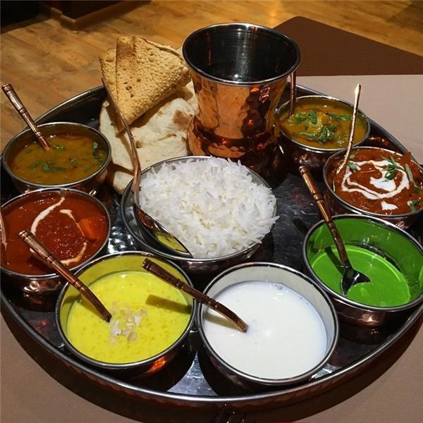 1 mâm đồ ăn ở Ấn Độ: Tại tiểu bang nhỏ bé Goa, với 1 đô la bạn có thể mua từ các gánh hàng rong một mâm đồ ăn truyền thống của người Ấn có tên thali, nó bao gồm 1 chén cơm, 1 chén sữa chua và các loại nước sốt và rau củ khác. Còn ở những hàng quán sang hơn một chút, bạn sẽ mua được một phần đậu nghiền có rau củ và 1 ly trà thảo mộc Masala Chai có thêm sữa.