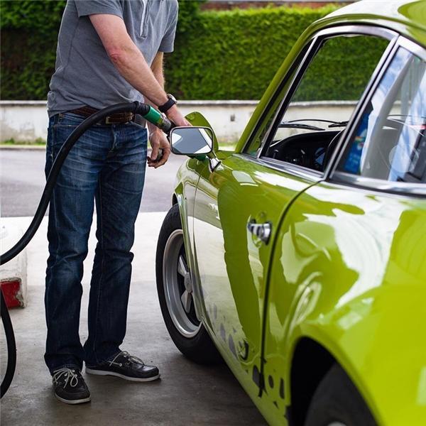 """Đổ đầy bình xăng ở Venezuela: Ở các thành phố trên đất nước này, bạn thật sự có thể cầm 1 đô chạy vào trạm xăng và hô """"Đổ đầy bình!"""" vì giá xăng dầu ở đây là thấp nhất thế giới. Nếu không có xe, bạn có thể dùng số tiền đó để mua 4 tấm vé đi các phương tiện giao thông công cộng."""