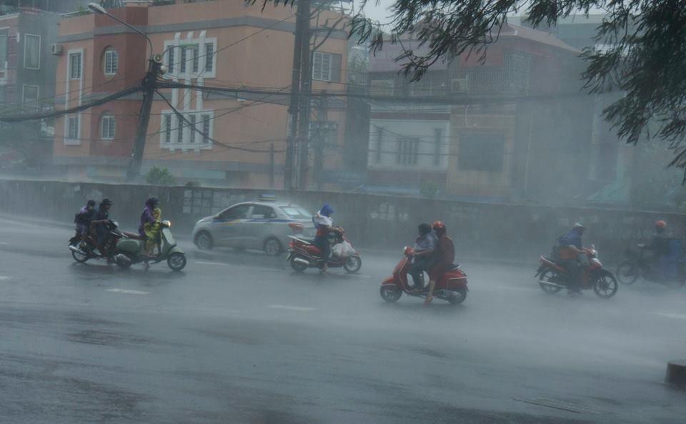 Từ chiều tối và đêm nay, Hà Nội chuyển mưa kèm dông