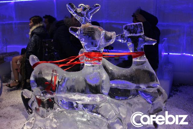 Bàn ghế và vật dụng trang trí trong căn phòng -10 độ C đều được tạo nên bằng băng đá.