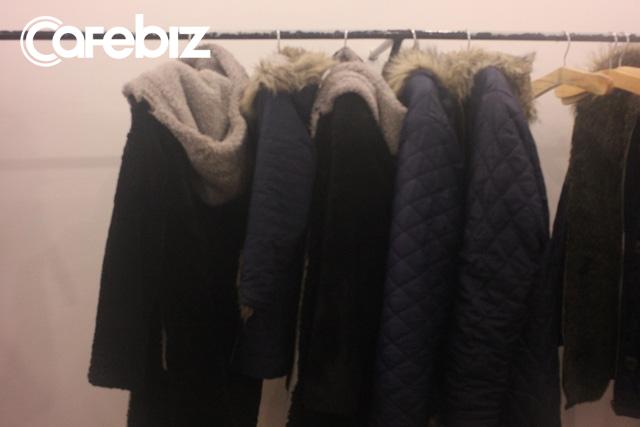Quán cung cấp áo khoác lông dày cho khách để đỡ lạnh khi bước vào phòng băng.