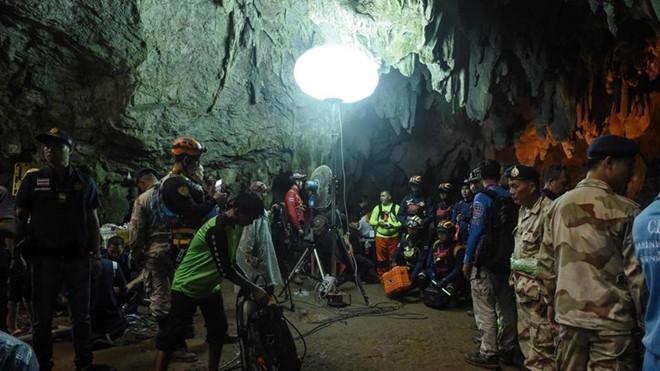 Quá nhiều người trong hang Tham Luang đang khiến lượng oxy giảm mạnh. Ảnh: AFP.