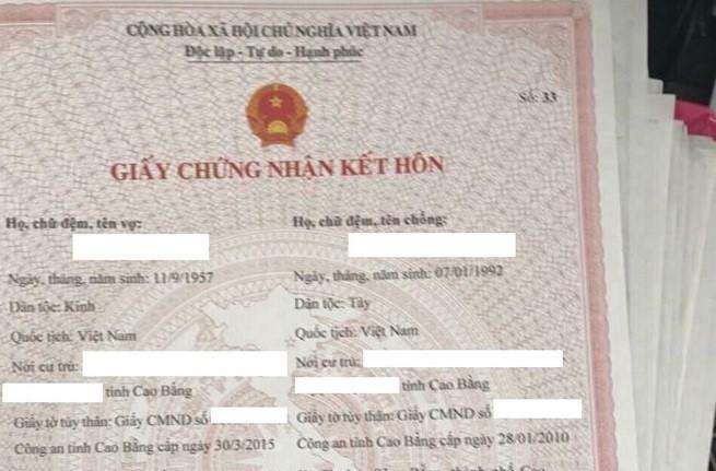 Chú rể cho biết anh đang tìm hiểu xem ai là người tung giấy đăng ký kết hôn của mình lên mạng mà không xin phép. Ảnh: Cổng trời Cao Bằng.