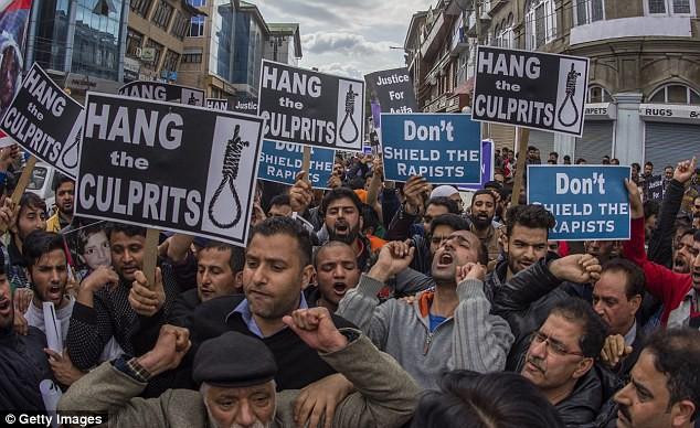 Tại Ấn Độ, hàng trăm cuộc biểu tình đã diễn ra để bày tỏ sự phẫn nộ khi các vụ tấn công tình dục liên tiếp xảy ra.