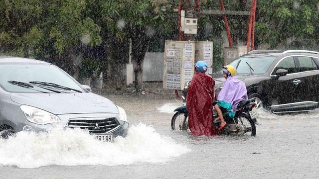 Do ảnh hưởng của áp thấp nhiệt đới, sáng 16/7, lượng mưa trút xuống TP Hà Tĩnh rất lớn khiến nhiều tuyến đường bị ngập sâu. Ảnh:TL