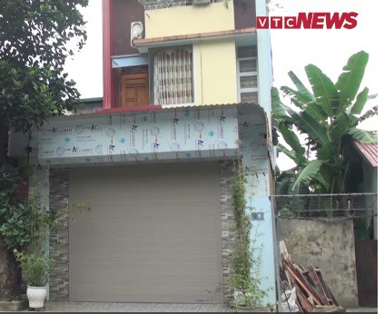 Nhà ông Lương mấy ngày nay luôn đóng cửa, không ai ra vào. Ảnh cắt từ clip. Nguồn: VTC News.