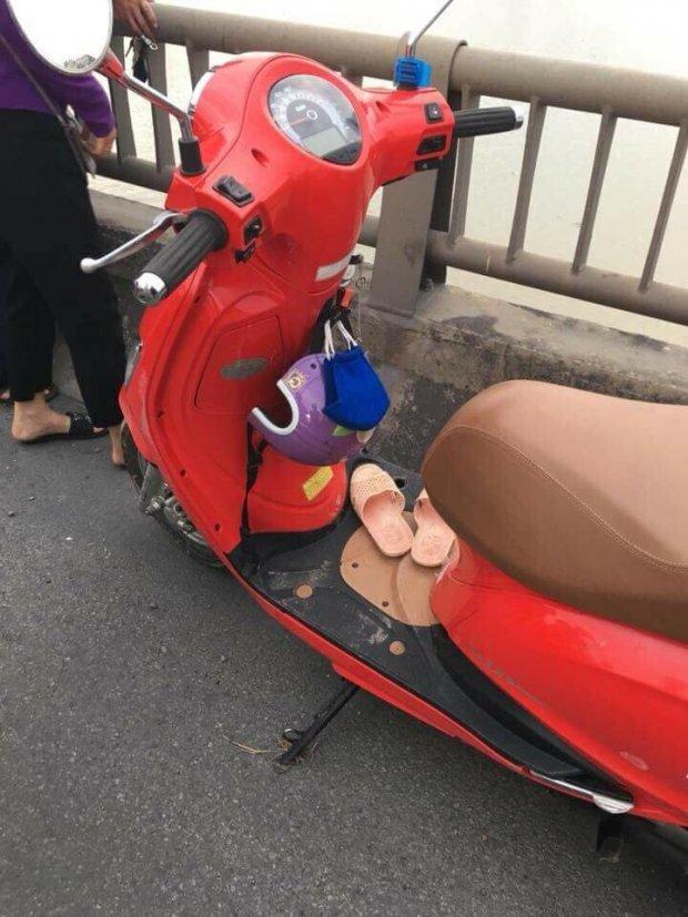 Nữ giáo viên để lại xe máy trên thành cầu. Ảnh facebook