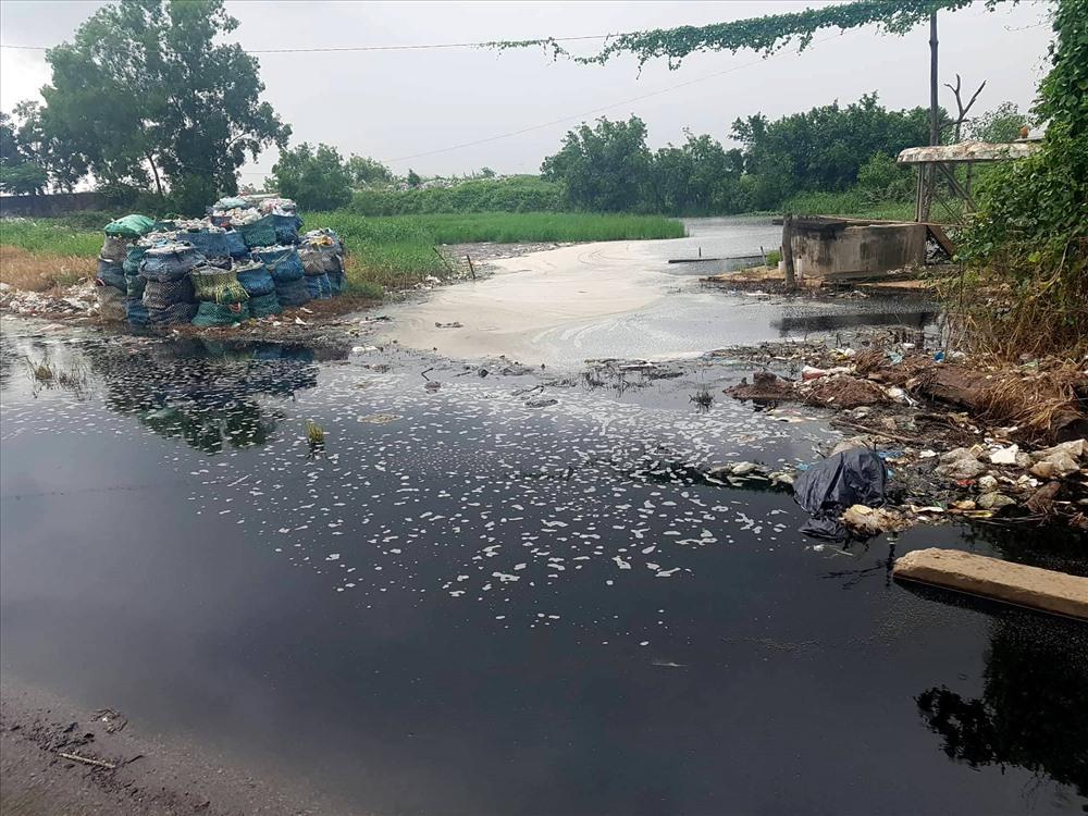 Nước thải đen ngòm từ bãi rác Bạc Liêu. Ảnh: Nhật Hồ