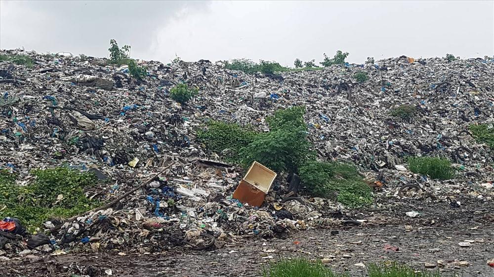 Bãi rác ngày càng cao do không có nhà máy xử lý rác. Ảnh: Nhật Hồ