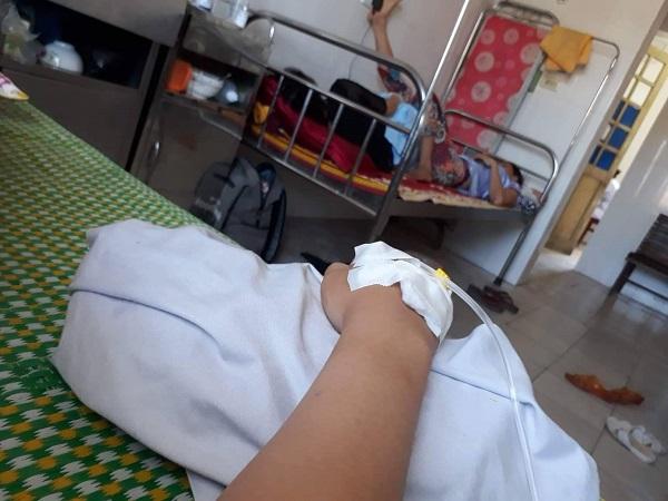 Thùy phải nhập viện do say nắng khi không quen thời tiết Hà Nội.