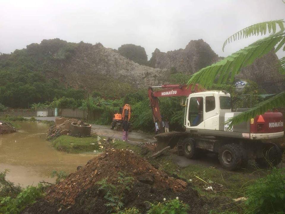 TP Hạ Long Long huy động máy móc khơi thông cống dẫn nước để khắc phục tình trạng ngập lụt
