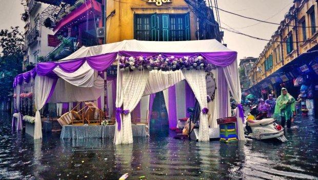 Trước đó, các đám cưới dưới trời mưa tầm tã năm 2017 cũng khiến nhiều người chú ý. Ảnh: Rạp cưới chìm trong nướcở phố Tạ Hiện (Hoàn Kiếm, Hà Nội).