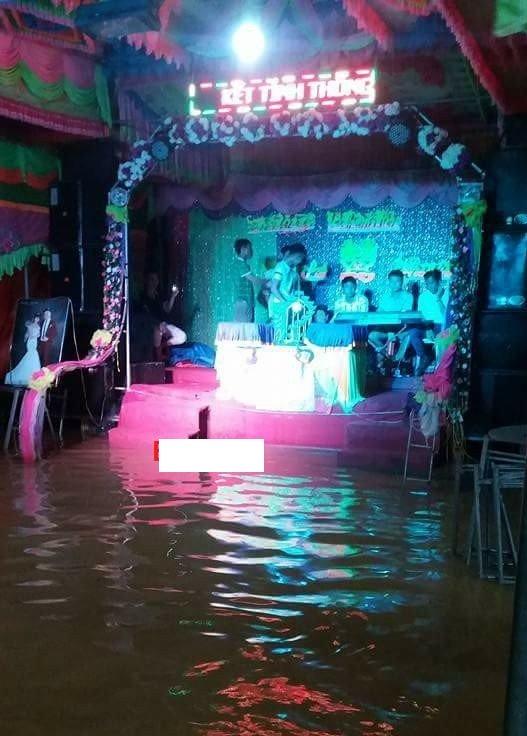 Dù nước ngập đến sàn sân khấu nhưn đám cưới ở Hưng Yên vẫn diễn ravới đầy đủ nghi thức.