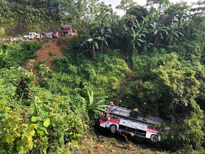 Để tiếp tục tìm kiếm nạn nhân, các lực lượng chức năng phải cẩu chiếc xe khách ra khỏi hiện trường.