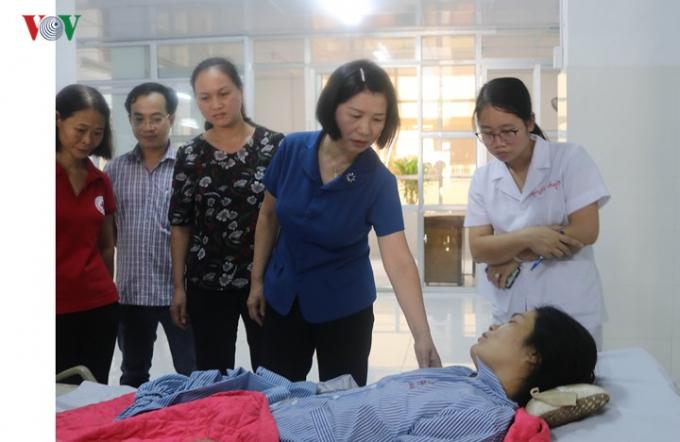 Phó Chủ tịch UBND tỉnh Cao Bằng Nguyễn Bích Ngọc đến thăm hỏi, động viên và hỗ trợ gia đình các nạn nhân bị tai nạn (Ảnh: VOV.vn).