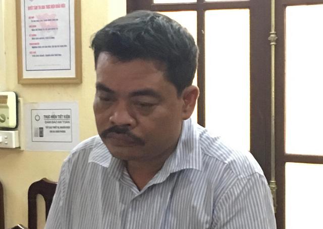 Ông Hoài nghe đọc lệnh khởi tố và bắt giữ (ảnh CTV)