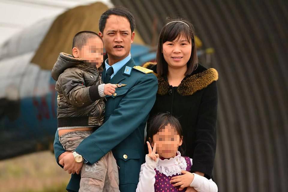 Phi công Khuất Mạnh T. bên gia đình. Ảnh: Gia đình cung cấp.