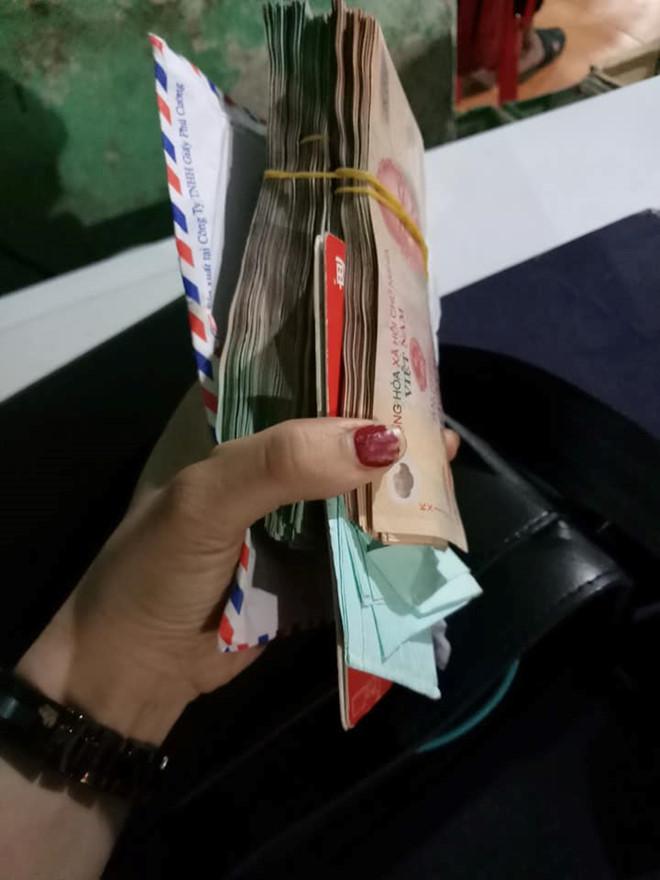 Chiếc túi chứa hơn 200 triệu đồng của hai vị khách bỏ quên tại quán chị Như. Ảnh: FBNV.
