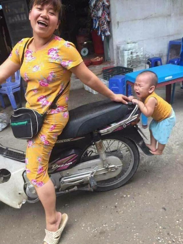 Cho con theo với mẹ ơi, huhu.