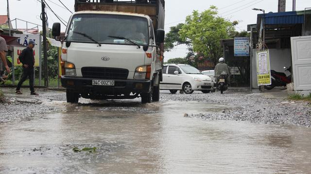 Mặt đường xuống cấp nghiêm trọng, các phương tiện di chuyển gặp nhiều khó khăn.