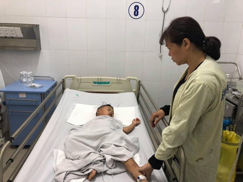 Cháu bé 6 tuổi đang bị chấn thương nặng