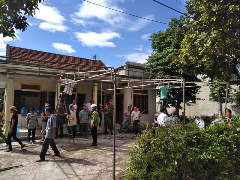 Tại thôn Lương Điền, xã Hải Sơn, huyện Hải Lăng, tỉnh Quảng Trị, người thân và hàng xóm cùng cơ quan chức năng đang khẩn trương lo công việc hậu sự cho các nạn nhân xấu số.