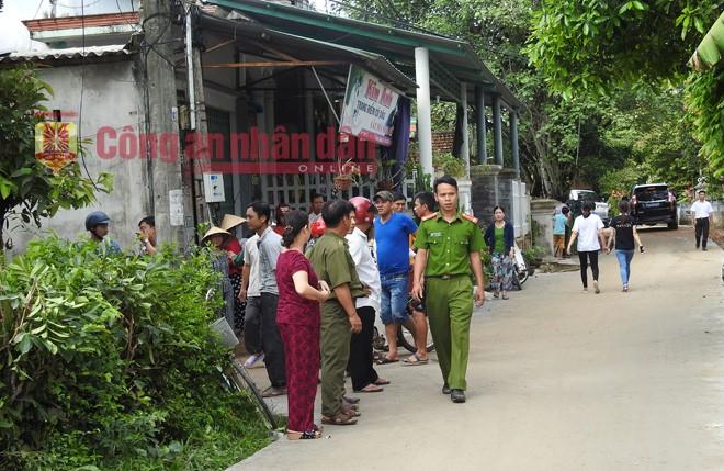 Người dân tập trung trước cửa nhà anh Nguyễn Khắc Long