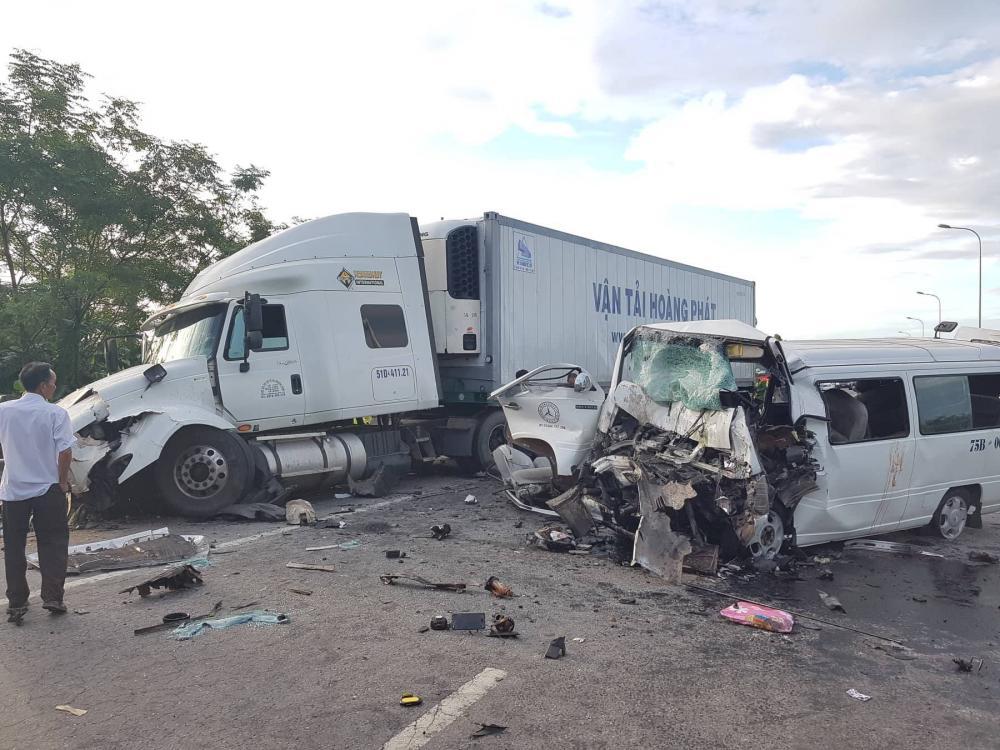 Hiện trường vụ tai nạn kinh hoàng khiến 13 người tử vong.
