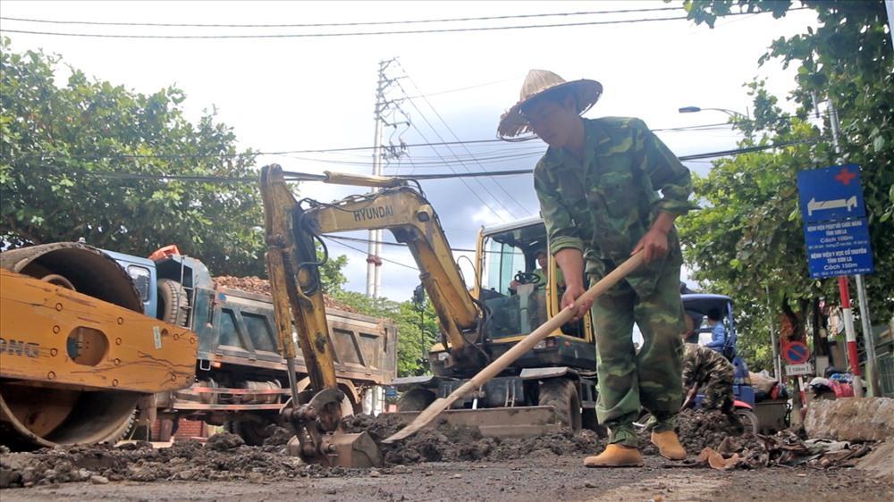 Lò Văn Mạnh miệt mài đi làm thuê, mỗi ngày dành dụm được 170.000 đồng, để có thể nhập học vào Đại học Luật Hà Nội. Ảnh: Văn Phú.