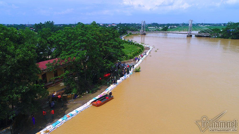 Khoảng gần 2km hàng rào bao cát đã được bộ đội và nhân dân thiết lập