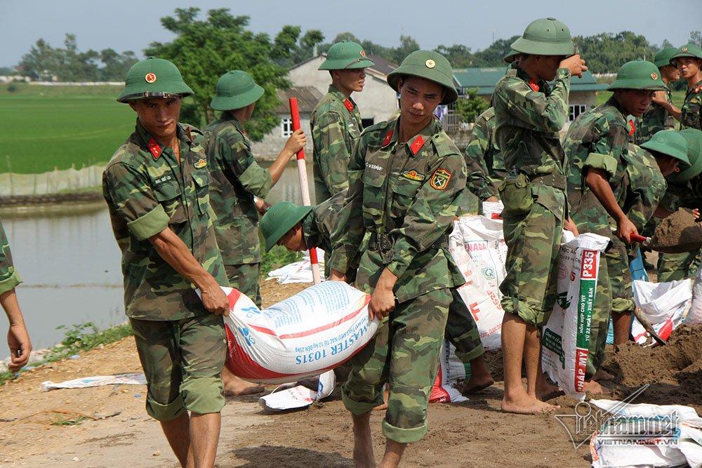 Hàng trăm cán bộ chiến sĩ được huy động