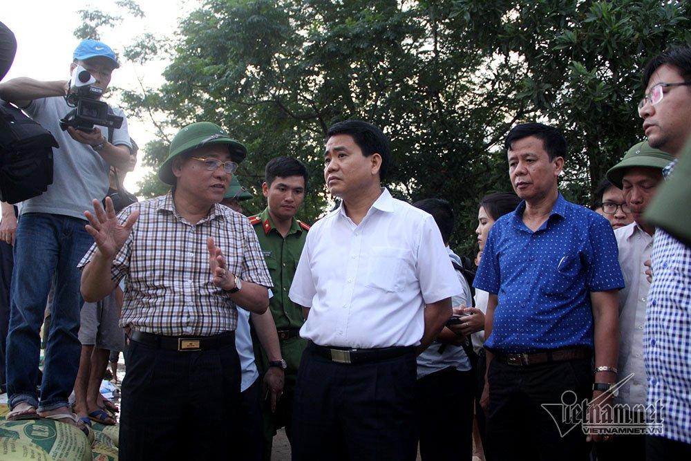 Chủ tịch Nguyễn Đức Chung thị sát đê Bùi chiều30/7  Chiều tối nay, ông Nguyễn Đức Chung - Chủ tịch UBND TP cùng lãnh đạo Bộ NN&PTNT đi kiểm tra đê tả sông Bùi.
