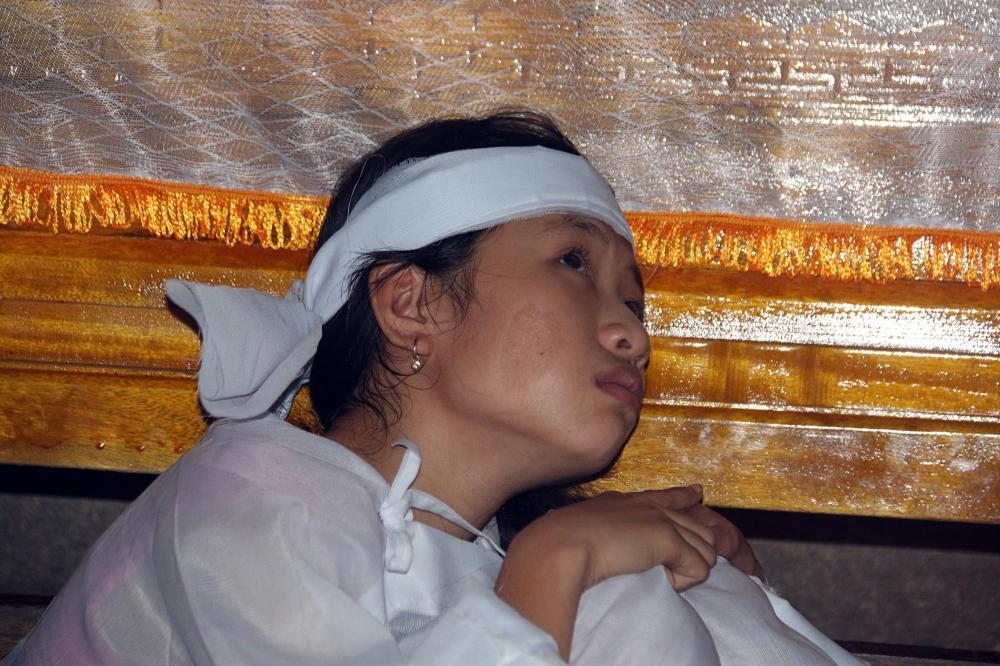 Con gái của vợ chồng anh Nguyền thất thần vì cái chết quá đột ngột của bố mẹ.