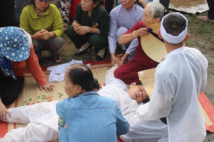 Người thân ngất lịm khi linh cữu vợ chồng ông Nguyền và bà Gái đưa đến nơi an nghỉ