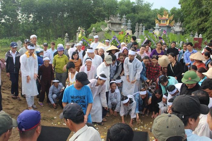 Tiếng khóc than nấc nghẹn khi linh cữu 2 nạn nhân đưa xuống huyệt mộ nằm cạnh nhau trong nghĩa địa