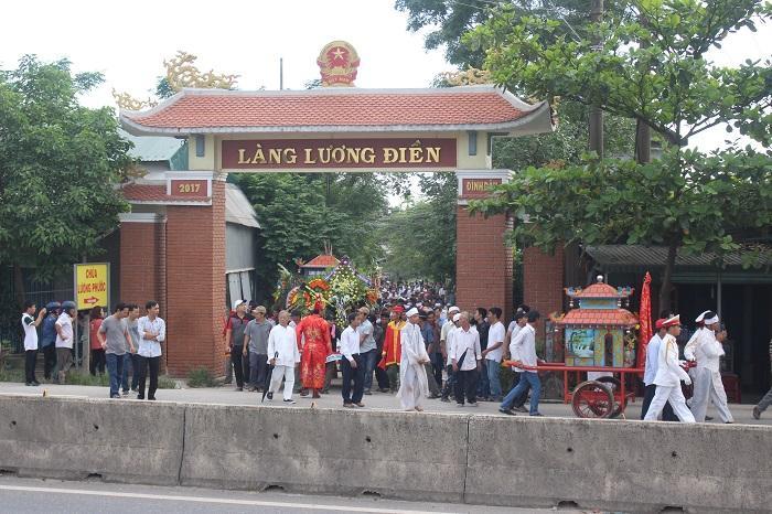 Khi vợ chồng ông Nguyền đang an táng trong nghĩa trang, linh cữu ông Nguyễn Khắc Mỹ ra khỏi cổng làng để đến nơi an nghỉ