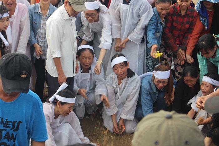 Vợ chồng ông Nguyền đột ngột ra đi bỏ lại 4 đứa con khiến ai cũng không thể cầm lòng