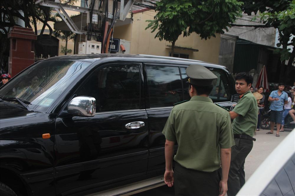 Khoảng 17h15 ngày 31.7, lực lượng an ninh dẫn bà  Nguyễn Thị Hồng Nga về nơi cư trú tại đường Thanh Niên (TP.Sơn La) để tiến hành khám xét.