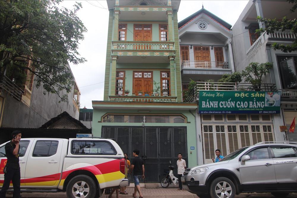 Nhiều người dân của tỉnh Sơn La theo dõi từ xa lực lượng công an thực hiện việc khám nhà của cán bộ của Sở GDĐT Sơn La.