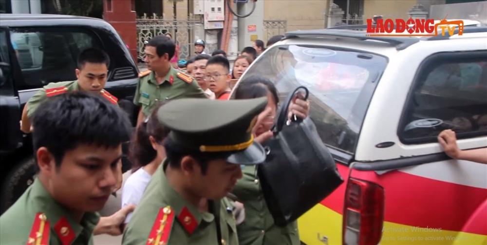 Bà  Nguyễn Thị Hồng Nga bị dẫn về nơi cư trú để tiến hành khám xét, điều tra về vụ việc gian lận điểm thi ở Sơn La.