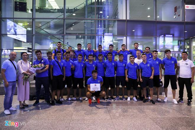Các tuyển thủ U23 Uzbekistan chụp ảnh lưu niệm tại sân bay Nội Bài sau khi hạ cánh. Ảnh: Minh Chiến.