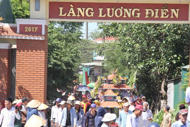 Người làng Lương Điền tiếc thương cho những nạn nhân xấu số. Họ xếp thành hàng dài đưa anh Long về nơi an nghỉ cuối cùng.