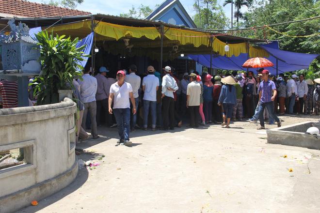 Từ sáng sớm, người làng Lương Điền đã tập trung về nhà của các nạn nhân xấu số. Trong một ngày, 8 bộ quan tài được di quan. Chú rể Nguyễn Khắc Long là người được di quan cuối cùng vào lúc 13h30