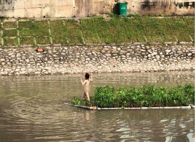 Cô gái khỏa thân đứng giữa sông Tô Lịch bị mời về phường
