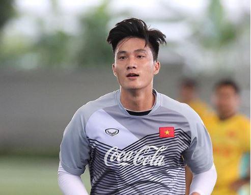Trong một hiệp đấu mà U23 Uzbekistan không tạo ra quá nhiều cơ hội về phía khung thành U23 Việt Nam, thủ môn Nguyễn Văn Hoàng không phải làm việc quá nhiều. Tuy nhiên, những tình huống ra vào hợp lý của Văn Hoàng đã giúp đội bóng áo đỏ hóa giải rất tốt những pha bóng bổng đến từ đội bóng áo trắng.